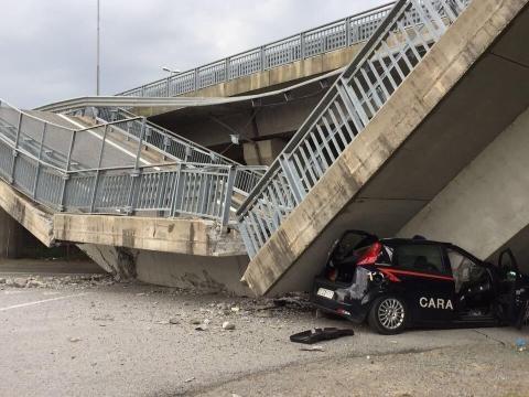 Cavalcavia crolla su auto CC, illesi