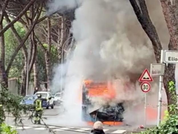 Roma, a fuoco un altro bus di linea: è il terzo in tre giorni
