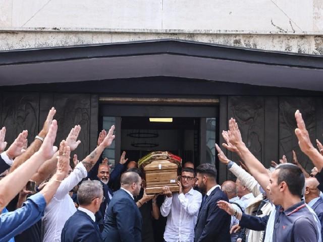 Funerali Rastrelli, polemiche per i saluti romani all'uscita del feretro