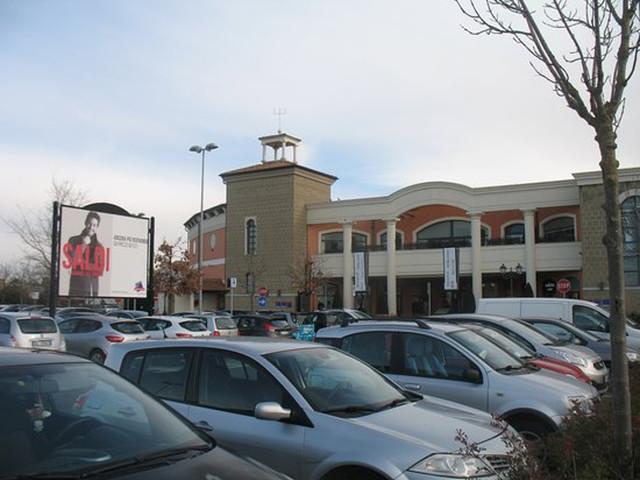 Outlet di Castel Romano: un'auto faceva da 'palo' mentre i complici derubavano le vetture in sosta
