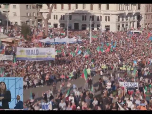"""""""Silvio! Silvio!"""" partono i cori durante l'intervento di Berlusconi a San Giovanni"""