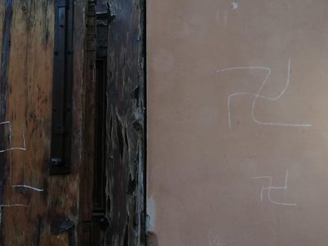 Svastiche sul portone del liceo Minghetti a Bologna