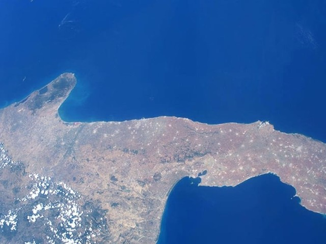 """La Puglia abbracciata dal blu, lo scatto 'spaziale' di Luca Parmitano: """"Terra dei ricordi"""""""
