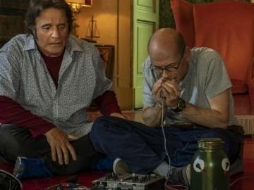Sono solo fantasmi, la recensione: tra l'horror e la commedia, Christian De Sica si confronta col fantasma di Vittorio