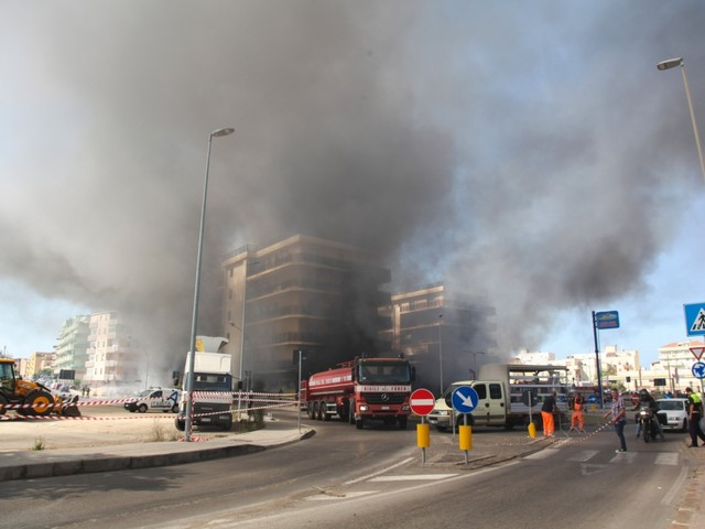 Alghero, palazzo incendiato per una sigaretta: rogo provocato da un cliente del negozio