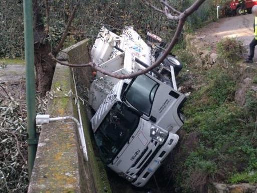 Il camion della raccolta differenziata si ribalta nel torrente a Sanremo