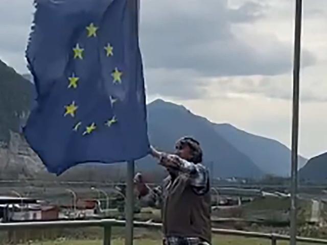 Il suo vicino ammaina la bandiera dell'Europa Unita, e Fugatti ne rilancia il video su Facebook