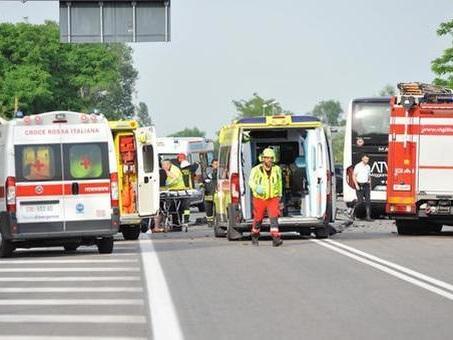 Incidente frontale tra un bus e un'auto: due persone morte vicino all'aeroporto di Tessera