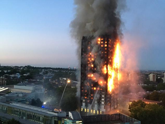 Le molte analogie tra l'incendio di Milano e quello della Grenfell Tower di Londra