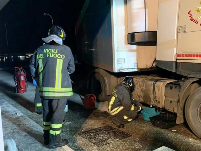 Manovra sbagliata al distributore: camion rovescia in strada litri di gasolio