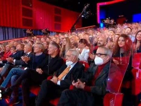 """Bufera sul """"Maurizio Costanzo show"""" per la platea piena, il conduttore: """"Pago il sierologico a tutti"""""""
