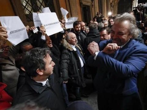 Il senatore Giarrusso: «Il gesto delle manette al Pd? Io, manettaro, non chiedo scusa»