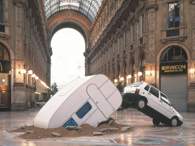 Ricordate la Fiat Uno di Elmgreen & Dragset in Galleria a Milano? 16 anni dopo ecco la copia