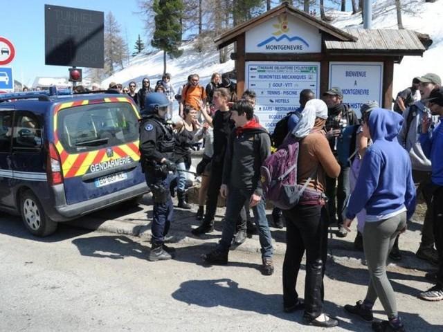 """Claviere, la polizia accusa: """"Migranti scaricati in Italia da furgone della Gendarmerie"""". I francesi ammettono l'errore"""