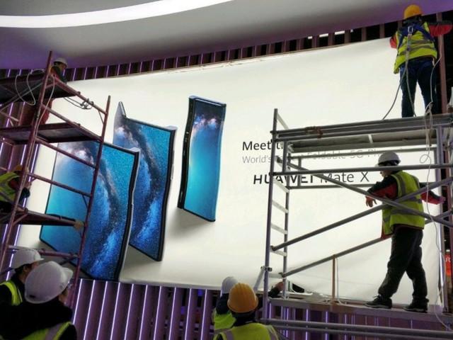 Mate X, lo smartphone flessibile di Huawei, avvistato già sui cartelloni pubblicitari