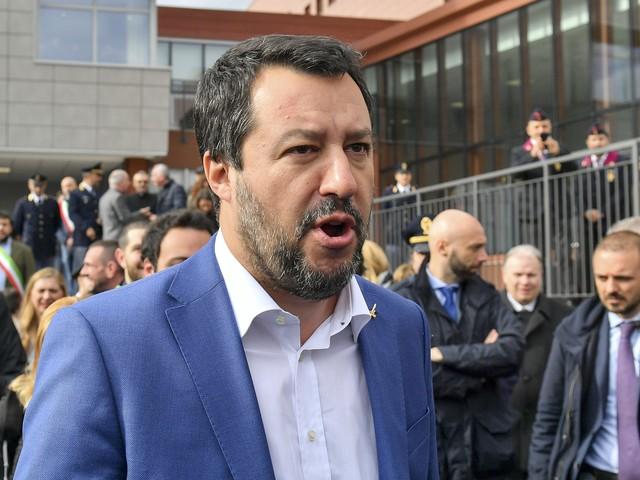 """Torino, Salvini denuncia: """"Straniero ha colpito due agenti gridando Allah Akbar, tolleranza zero"""""""