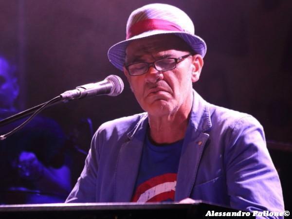 'Un palco per Amatrice': Francesco Baccini canta dal vivo 'Le donne di Modena' - VIDEO