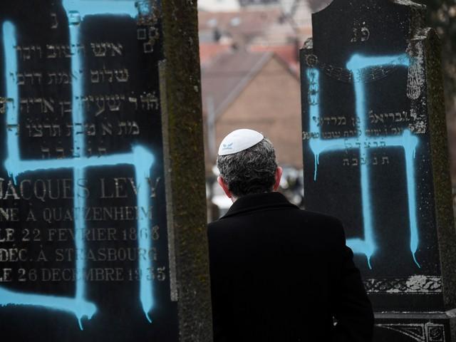 Svastiche sulle lapidi. E la Francia marcia contro l'onda antisemita