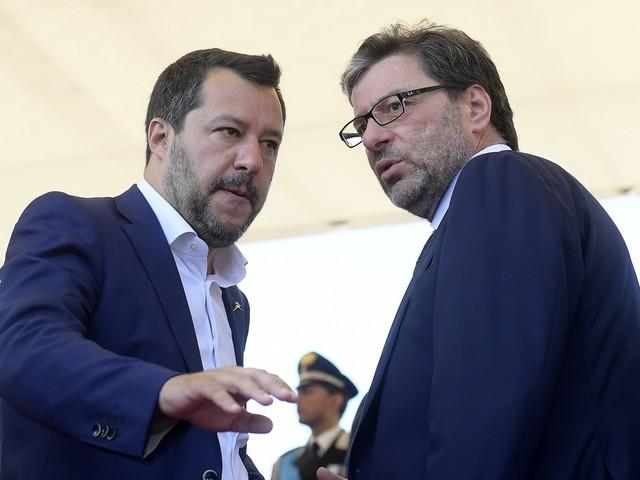 """Il post di Salvini con le priorità. E Conte """"tronca"""" la conferenza"""