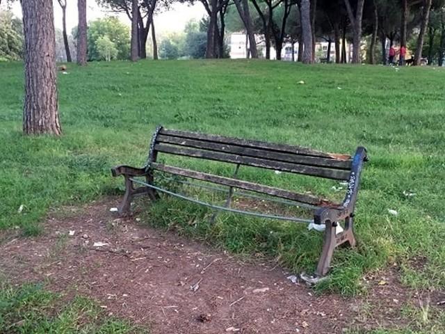 Parco Scott abbandonato all'incuria: dopo i cestini ora anche le panchine sono rotte
