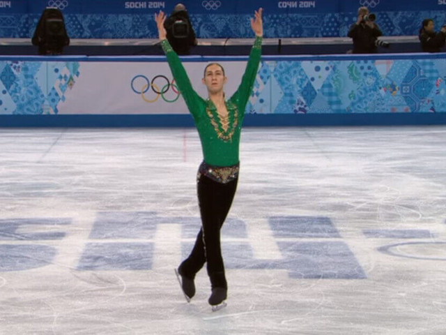 """Il giovane volteggia sulla pista di pattinaggio con intricate coreografie sulle note di """"Riverdance"""""""
