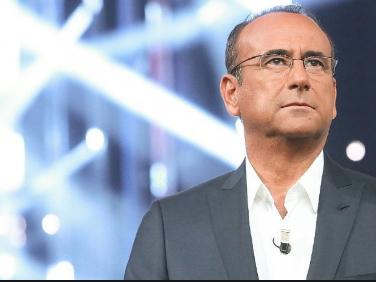 Carlo Conti irriconoscibile e capellone: ecco la foto che non ti aspetti. La reazione di Leonardo Pieraccioni è tutta da ridere [FOTO]
