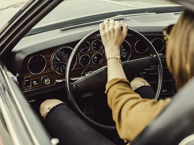 Donne più distratte degli uomini al volante? I dati dicono il contrario