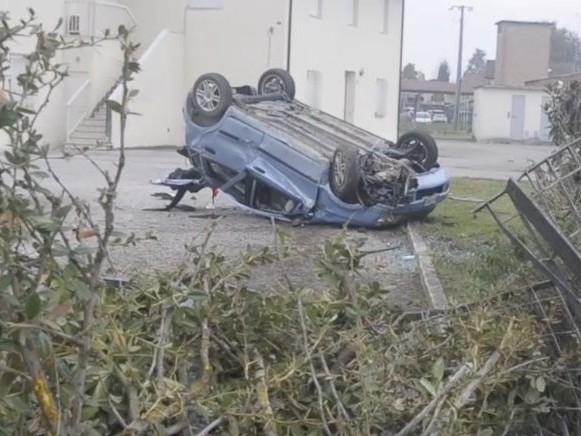 Incidente Bagnara di Romagna, fuori strada con l'auto sfonda una recinzione: morto 22enne