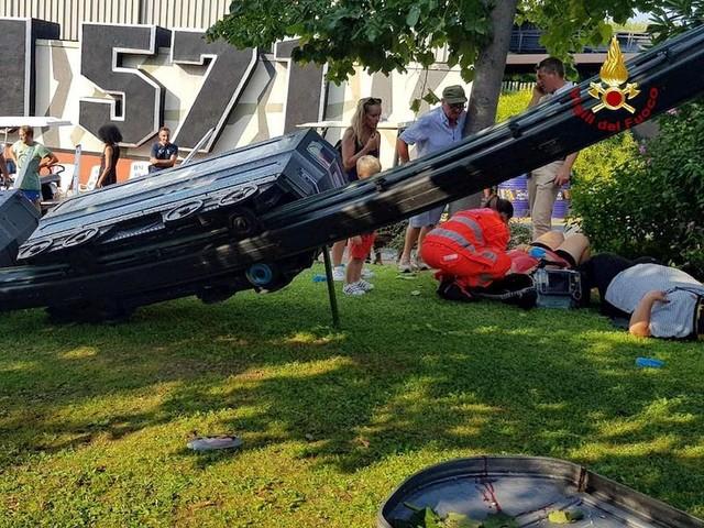 Italia. Terrore al parco divertimenti: il trenino precipita, feriti