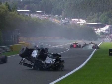 Formula 2, spaventoso incidente fra tre auto a Spa: gara cancellata