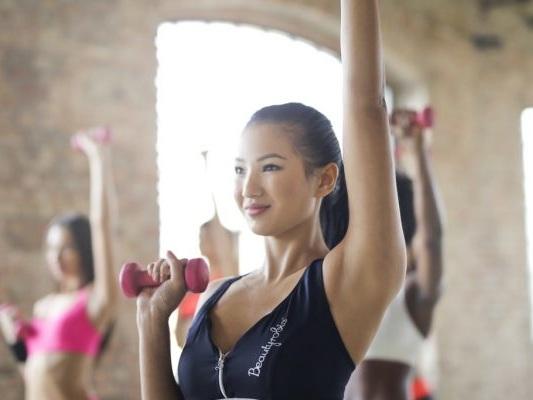 Esercizi con la banda elastica per le braccia