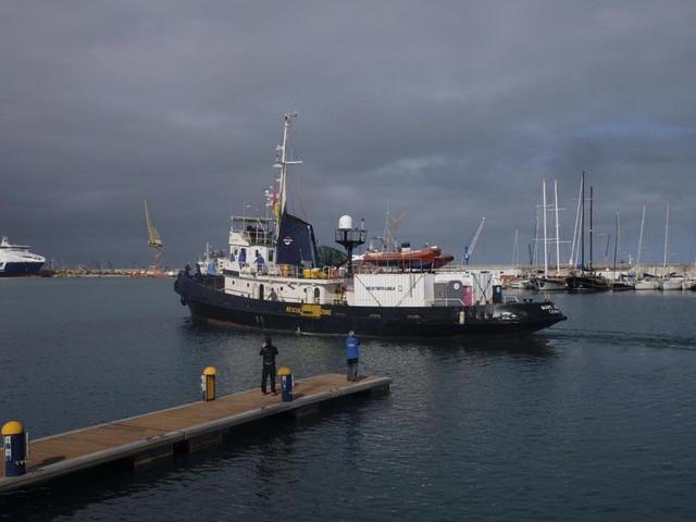 Migranti, l'Ong ignora lo stop di Salvini. Blitz dei militari sulla Mare Jonio