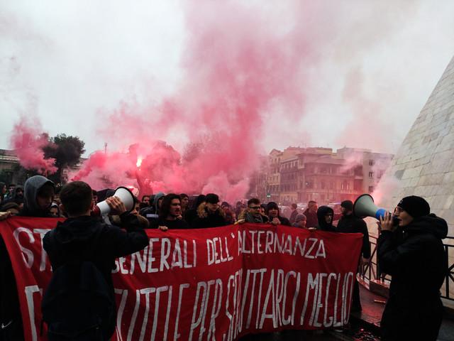 """Alternanza, la protesta degli studenti contro la Carta diritti e doveri: """"No a sfruttamento"""""""
