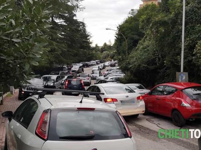 Parcheggi selvaggi e ingorghi: senza vigili, fuori dalle scuole regna la maleducazione al volante