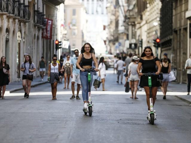 Dl Trasporti, arriva la stretta sui monopattini elettrici: vietato lasciarli sui marciapiedi
