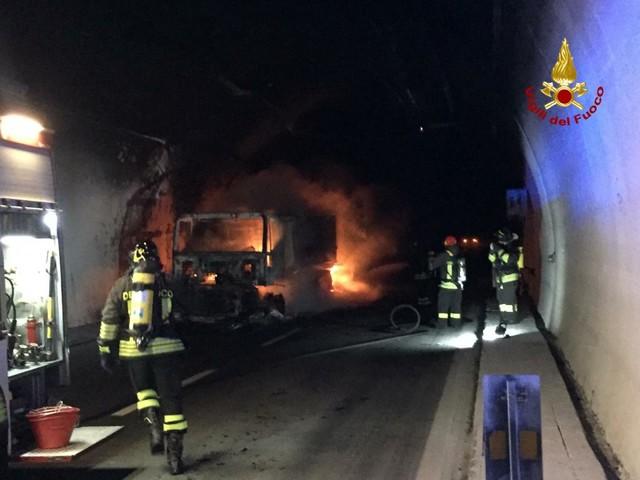 Savona, tir in fiamme in galleria: 32 persone intossicate - FOTO