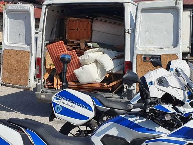 Oltre 300 chili di rifiuti trasportati illegalmente : i responsabili intercettati dalla Polizia Locale.