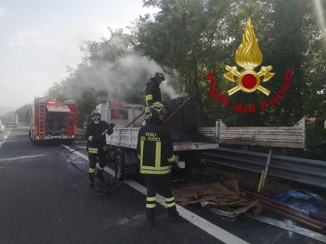 A25: autocarro pieno di cartoni in fiamme, intervengono i vigili del fuoco