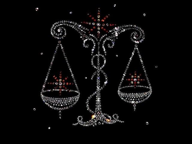 Oroscopo del giorno 24 novembre: Luna in trigono a Venere, nuovi amori per Bilancia