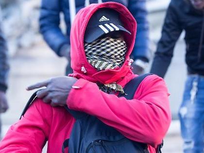 Immigrati, il raptus del nigeriano: sputa sull'Italia e gli negano l'asilo. E lui minaccia e dà di matto