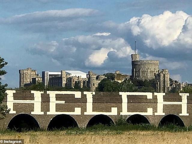 Il graffito, vicino al Castello di Windsor, che ha fatto irritare la regina Elisabetta