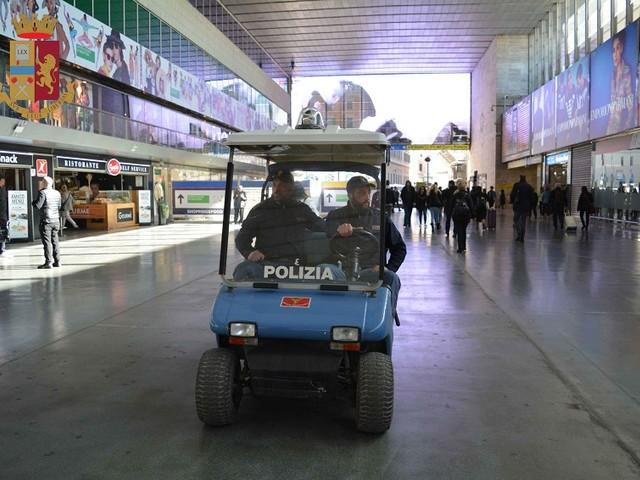 Due cittadini stranieri arrestati dalla Polizia di Stato alla stazione ferroviaria di Roma Termini.