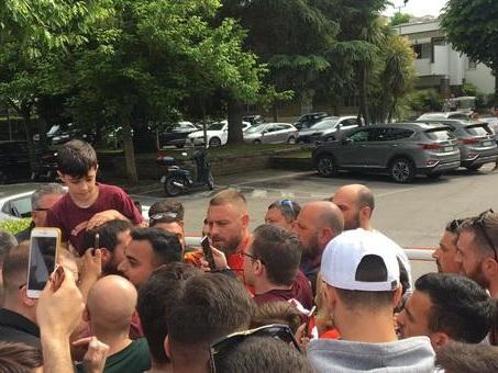 Roma, ultimo allenamento a Trigoria per De Rossi: bagno di folla, selfie e autografi