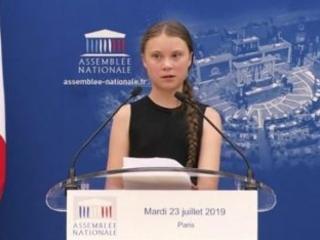 """La destra francese boicotta e offende Greta Thunberg: """"guru dell'apocalisse"""" per adolescenti"""