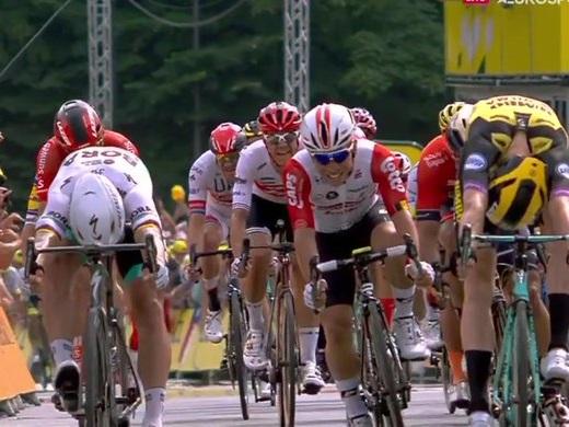 Tour de France, Teunissen vince in volata e conquista la prima maglia gialla