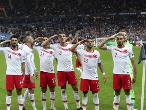 Saluto militare durante Turchia-Francia, Parigi chiede all'Uefa sanzioni esemplari