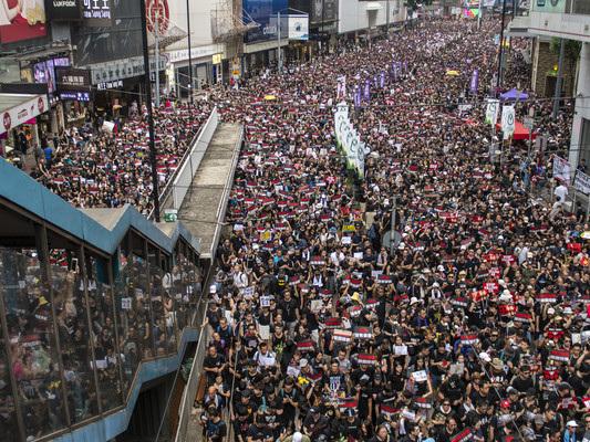 Due milioni in piazza a Hong Kong contro la riforma dell'estradizione