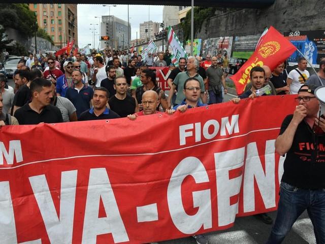 """""""La gente come noi non molla mai"""". A Genova sfila la rabbia degli operai dell'Ilva contro gli esuberi"""
