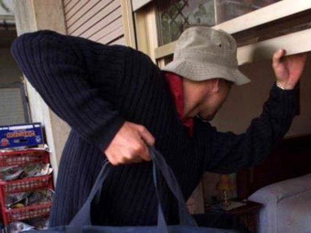 Ladri tentano di rapinare villetta, il proprietario spara e li fa scappare