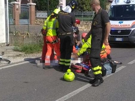 Contro una Kia nel parcheggio: ciclista vola sull'asfalto e perde la vita